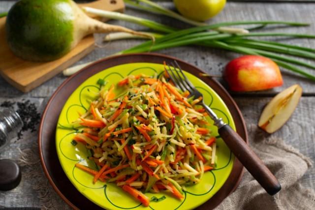 Полезный салат из зелёной редьки с морковью