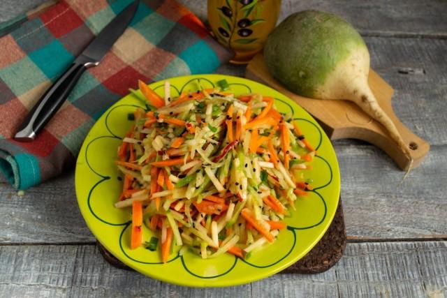 Готово! Выкладываем полезный салат из зелёной редьки с морковью на тарелку горкой