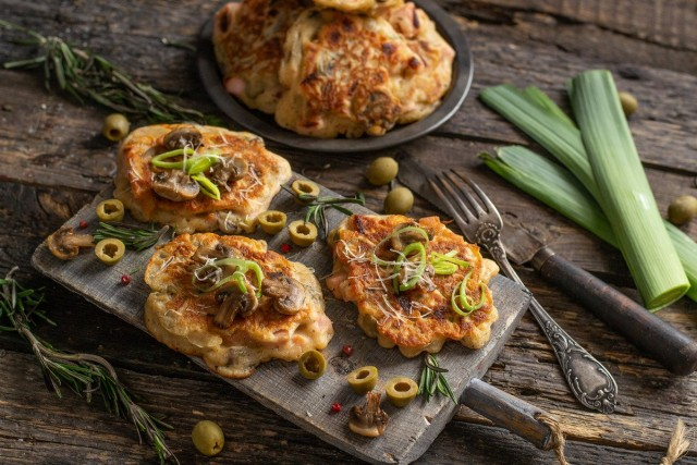 Оладьи-пицца на кефире — и сытно, и быстро