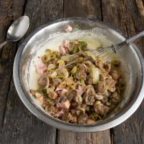 Кладём в миску обжаренные с луком грибы
