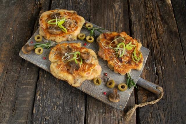 Оладьи-пицца на кефире готовы. Приятного аппетита!