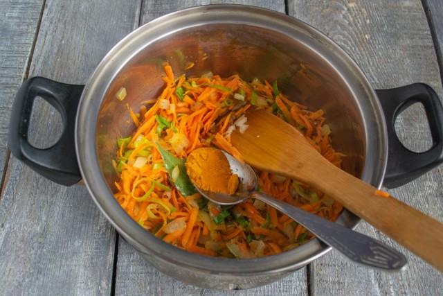 Обжариваем морковку на среднем огне, затем добавляем куркуму
