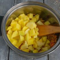 Кладём нарезанную картошку в кастрюлю