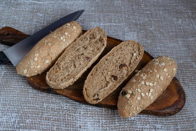 Булочки из цельнозернового хлеба разрезаем вдоль пополам, подсушиваем в духовке или в тостере