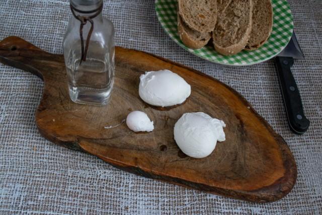Делаем яйца пашот и выкладываем на доску