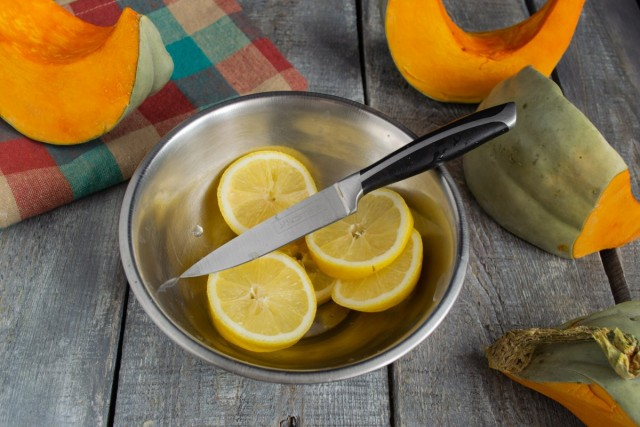 Нарезаем лимоны кружочками