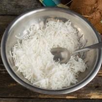 Кокосовую стружку смешиваем с сахаром