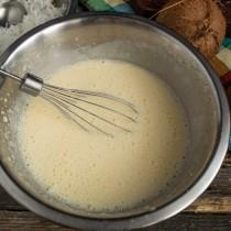 Добавляем кефир и ещё раз взбиваем жидкие ингредиенты