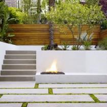 Бетонные подпорные стенки играют особыми цветами при покраске и оформлении растениями