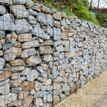 Габионы бывают мелкими и крупными, их просто устанавливают на подготовленную дренажную подушку, «выстраивая» стену из блоков