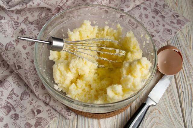 Взбиваем миксером яйца с сахаром, небольшие куриные яйца разбиваем по одному