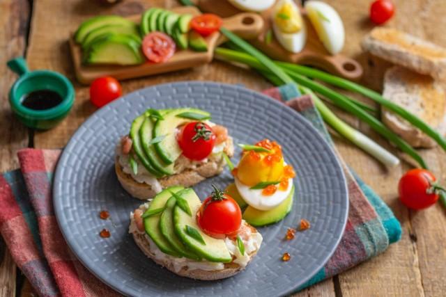 Тосты на завтрак с авокадо и яичным салатом