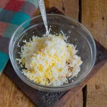 Варёные яйца натираем на мелкой тёрке и добавляем к сырной массе