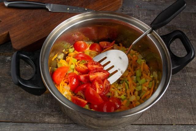 Добавляем нарезанные помидоры, закрываем крышкой и тушим 20 минут на умеренном огне