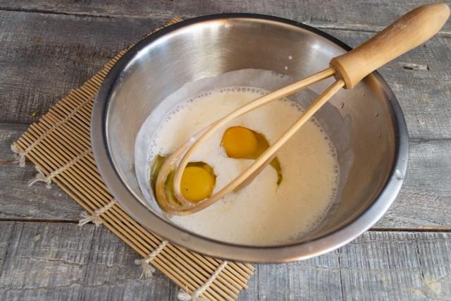 Смешиваем яйца с ряженкой