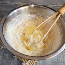 Замешиваем гладкое тесто
