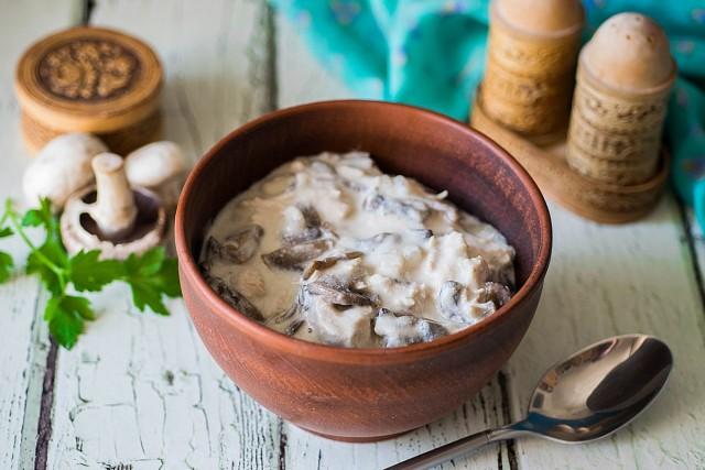 Через 10 минут подлива с курицей и грибами готова