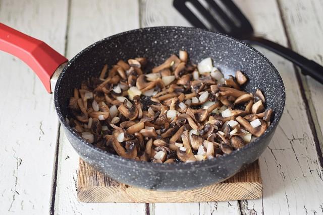 По готовности грибов закидываем к ним чесночно-луковую нарезку