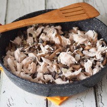 Добавляем филе к грибной массе, убавляем огонь и перемешиваем