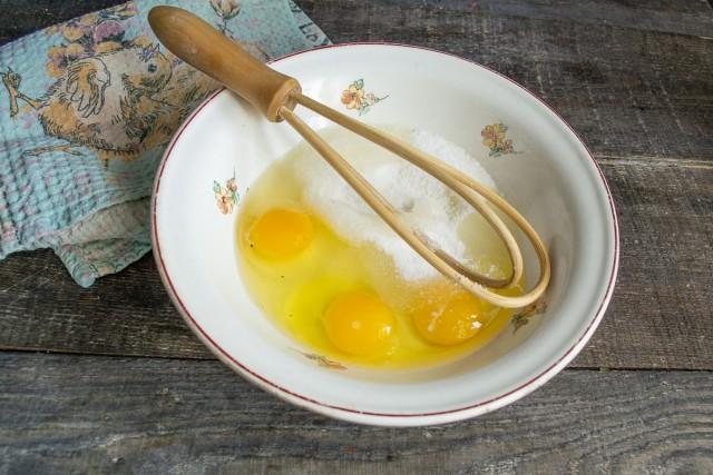 Разбиваем в миску яйца и насыпаем сахар