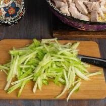 Зелёную редьку нарезаем тонкой соломкой и посыпаем щепоткой соли