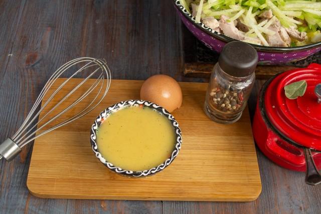 Добавляем к желтку соль, сахар, взбиваем и наливаем по капельке оливковое масло. В конце вливаем яблочный уксус, перчим