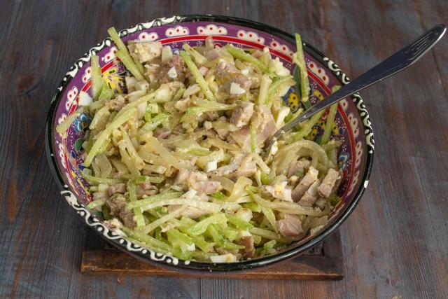 Выливаем заправку в салат и перемешиваем