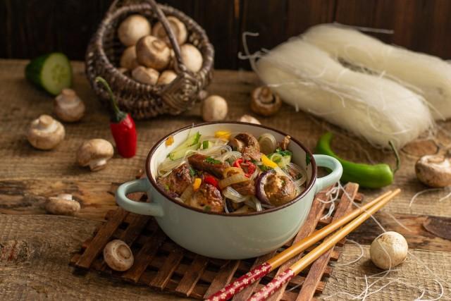 Тёплый салат с фунчозой, говядиной и грибами