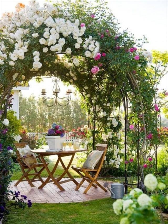 Обеденный стол под цветочной аркой