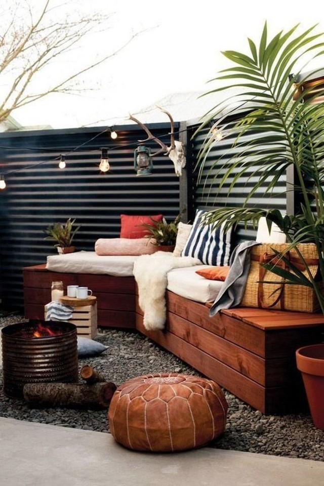 Уютный уголок на заднем дворе