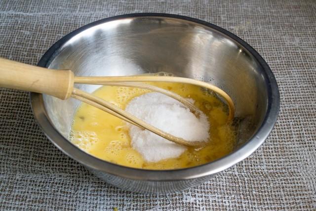 Растираем сахар с яйцами