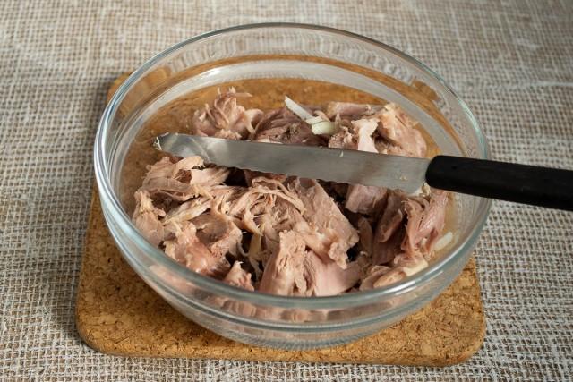 Режем мясо для салата крупными кусками