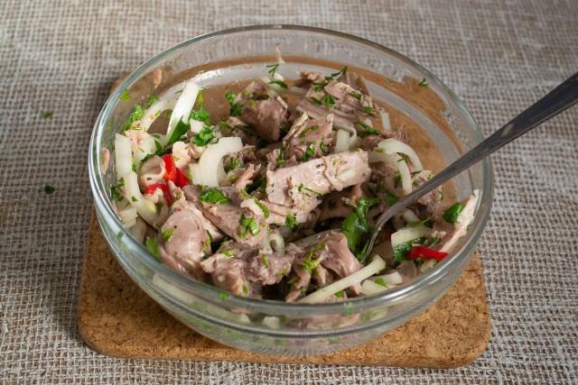 Перемешиваем ингредиенты мясного салата и даём ему настояться