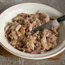 Нарезаем кожу и мясо, кладём в лотки для заливного или тарелку