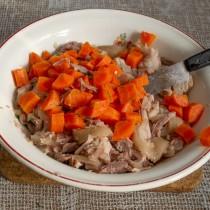 Добавляем вареную морковку и солим