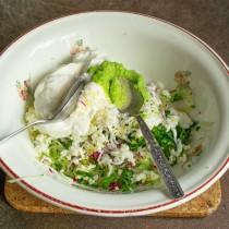 Смешиваем овощи с вассаби и сметаной, солим и перчим