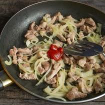 Обжариваем мясо с луком, добавляем томатную пасту и перемешиваем