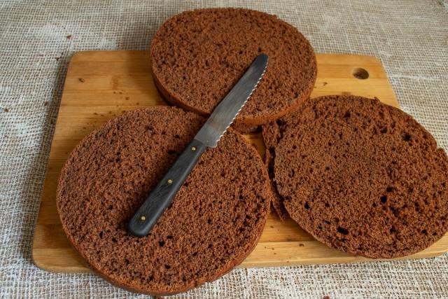 Разрезаем бисквит на три коржа
