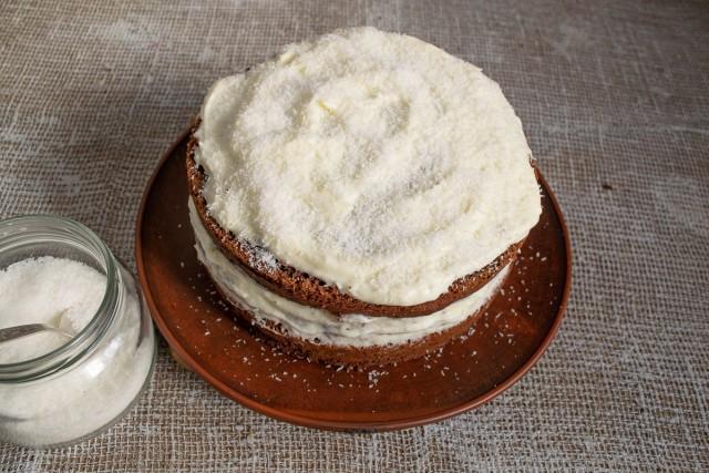 Посыпаем торт кокосовой стружкой
