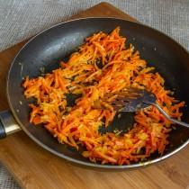 Обжариваем морковь с луком и чесноком