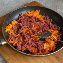 Добавляем говяжий фарш и жарим вместе с овощами 7-8 минут, солим и перчим