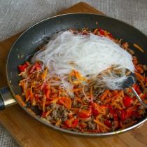 В сковороду с говядиной и овощами кладём соевую лапшу