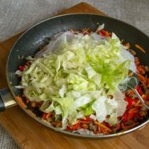Добавляем порезанный салат