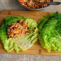 Кладём начинку на край бланшированного капустного листа