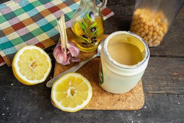 Для приправы понадобится сок лимона, чеснок, оливковое масло extra virgin и кунжутная паста