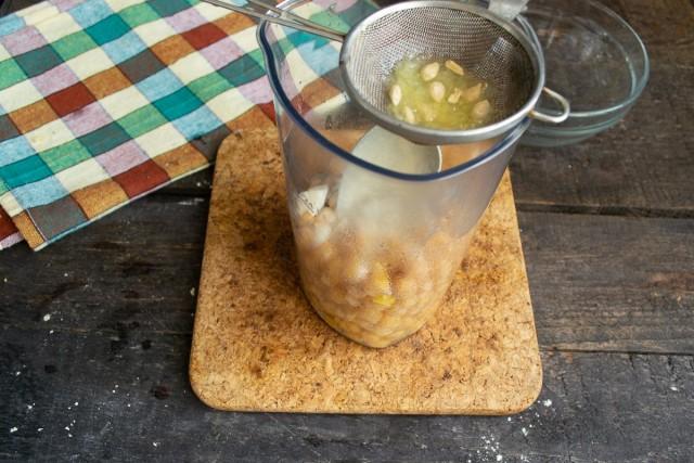 Кладём отваренный нут в высокий стакан миксера или в чашу блендера, добавляем приправы