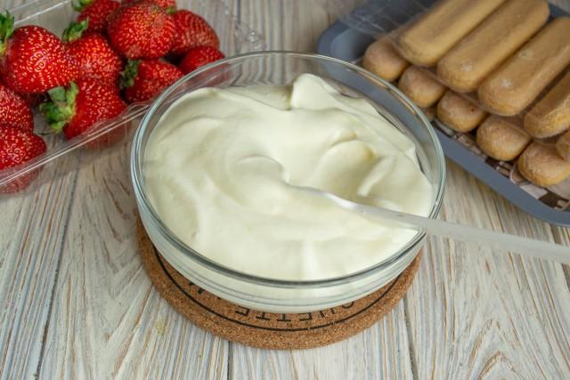 Перемешиваем сливки с сыром
