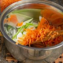 Отправляем морковь к луку, обжариваем 5 минут
