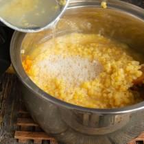 Перекладываем чечевицу в кастрюлю с овощами, добавляем бульон или воду, солим