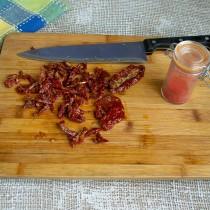 Вяленые томаты нарезаем тонкими полосками
